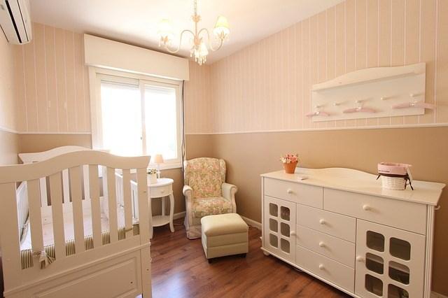 Bel équilibre entre confort, douceur, sécurité et praticité pour cette déco chambre bébé