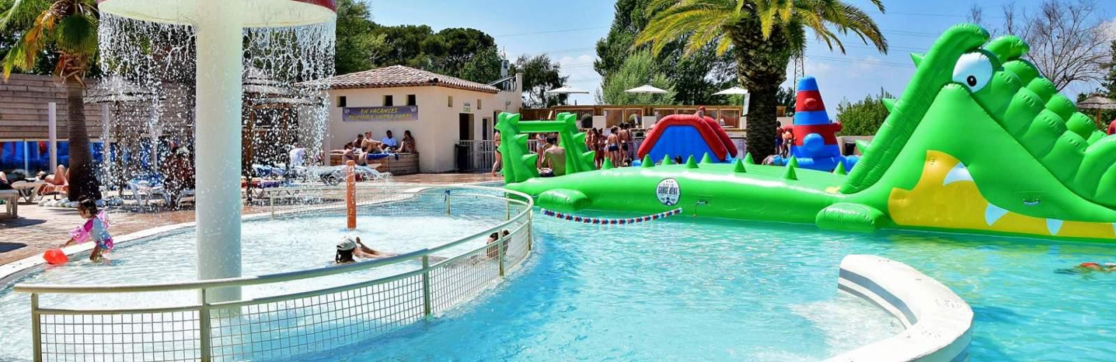 L'espace aquatique du camping comporte une piscine chauffée avec des structures gonflables pour les enfants